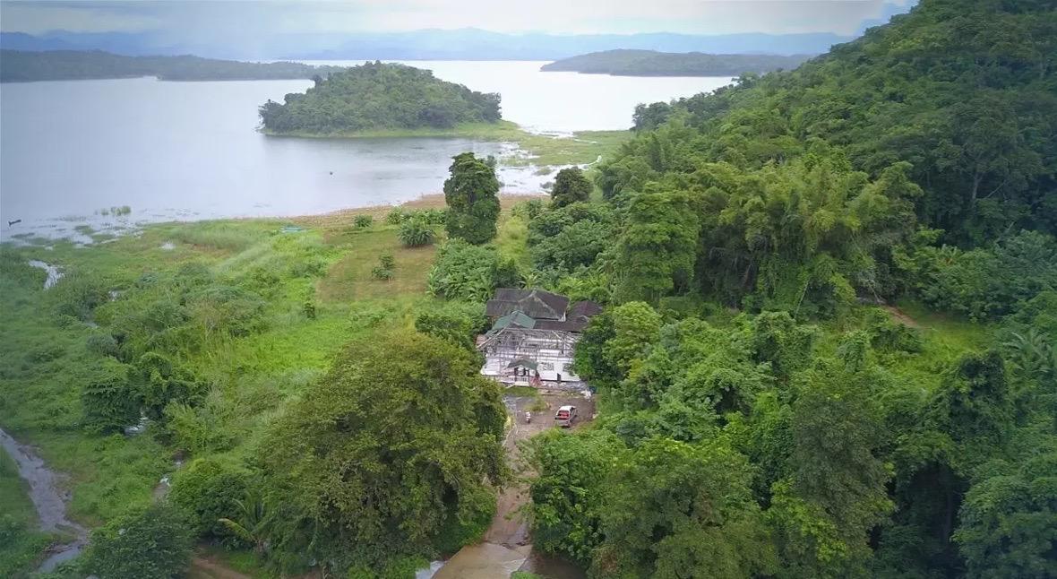 Illegaal gebouwd huis in het nationale park van Kanchanaburimoet tot op de fundering gesloopt worden