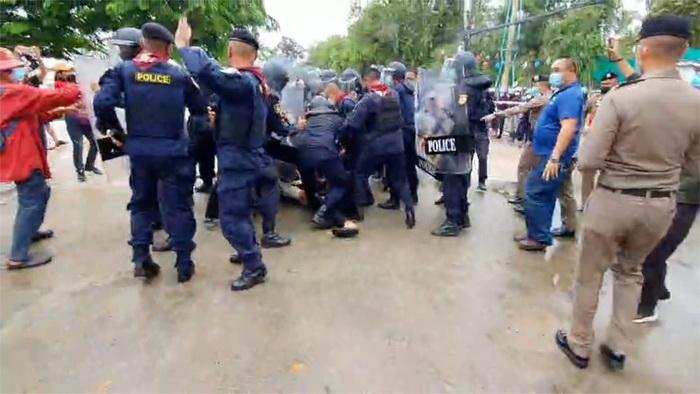 Oproerpolitie en pro-democratische demonstranten komen tijdens het bezoek van de vice-premier in Khon Kaen voor elkaar te staan