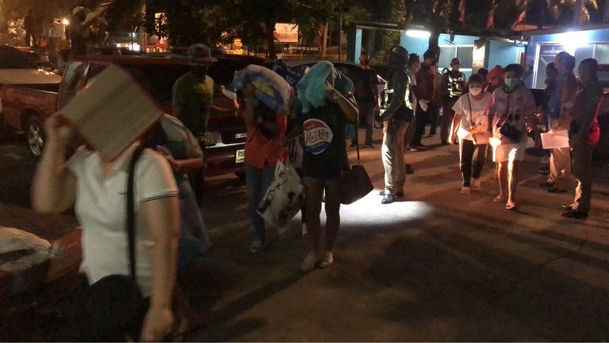 Dertig vermeende gokkers bij een inval in een illegale gokhal in Pattaya gearresteerd